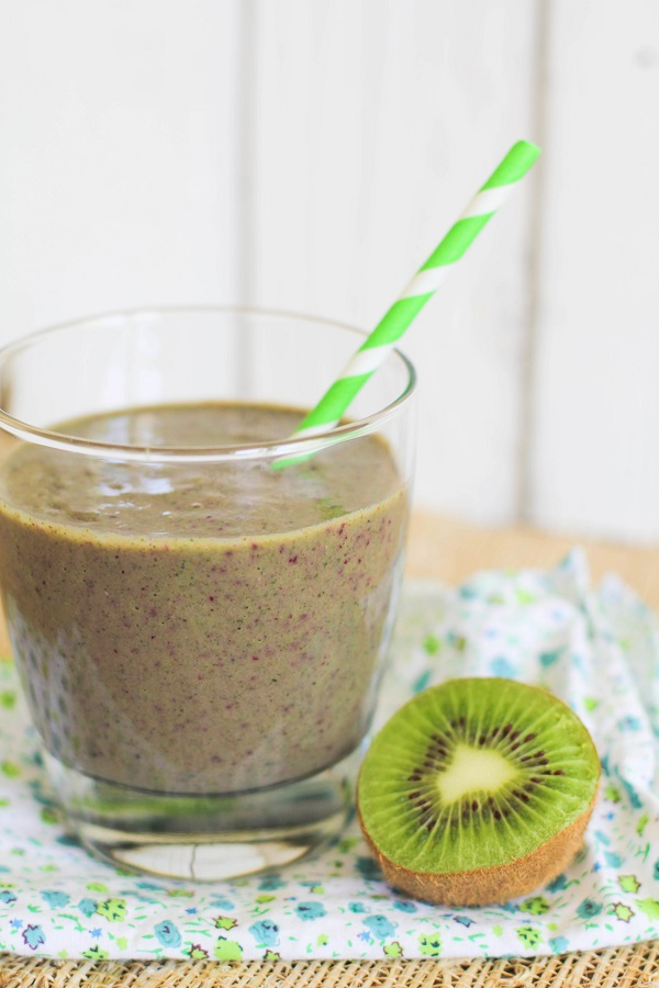 Kiwi, Kale, Cranberry Smoothie | http://www.theroastedroot.net