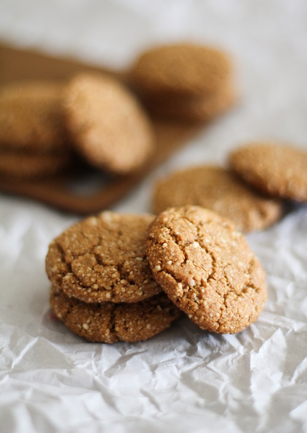 Gluten Free Gingerbread Cookies (#paleo and naturally sweetened) | www.theroastedroot.net