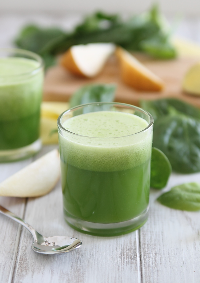 Pear Ginger Spinach Detox Juice from Henry Happened