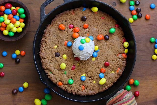 Flourless Peanut Butter Skillet Cookie - refined sugar-free, gluten-free, and relatively healthful! #dessert #recipe #InspiredGathering #ad @mysmithsgrocery