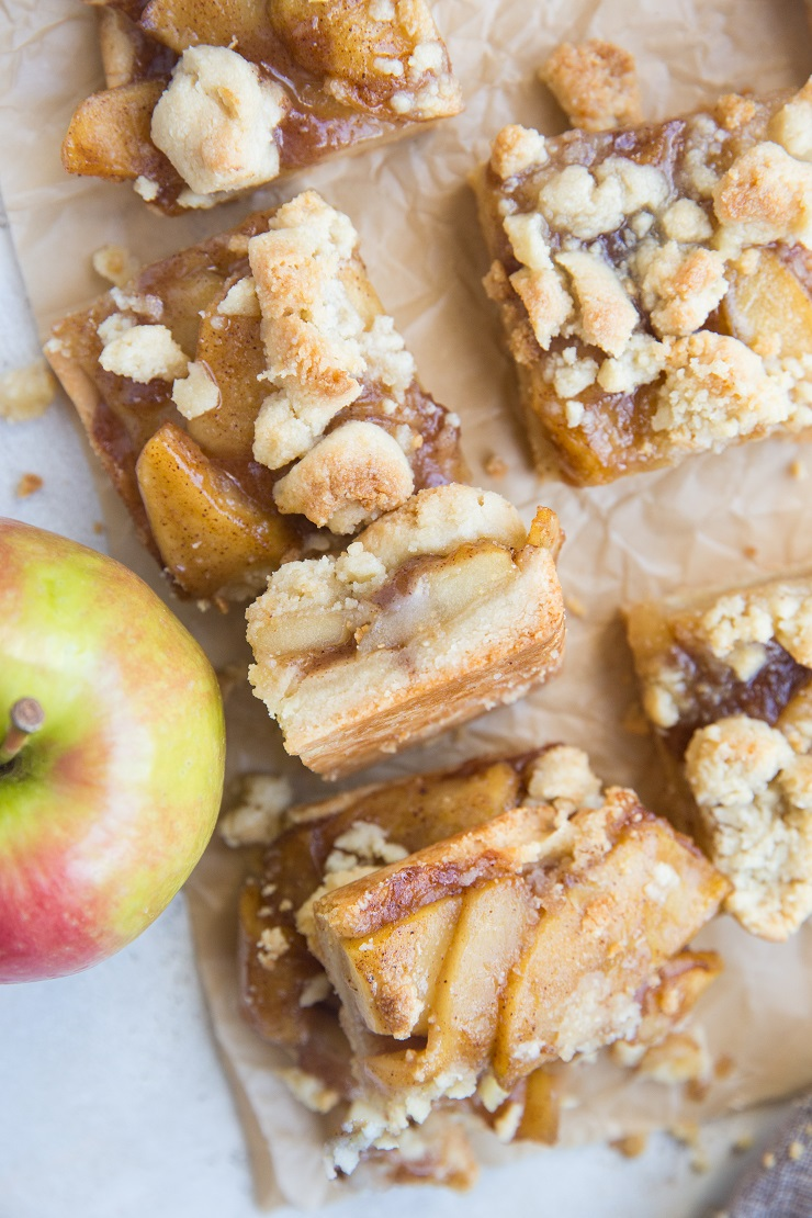 Paleo Vegan Apple Pie Bars made with almond flour and pure maple syrup. 6 ingredients and pure magic!